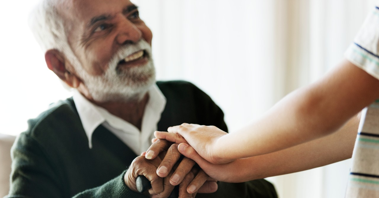 Veja benefícios do seguro de vida que cobre doenças graves em idosos