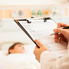 médico analisando exames
