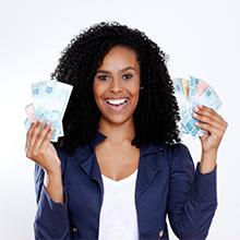 mulher sorrindo segurando dinheiro