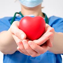 cirurgião segurando um coração